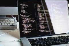Código en la pantalla del ordenador portátil, desarrollo web de Js Imagen de archivo