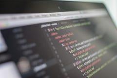 Código en la pantalla del ordenador portátil, desarrollo web de Js imagenes de archivo