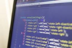 Código fuente anticipado del Javascript y del HTML Disposición de pantalla del ordenador portátil del desarrollador de web Foto de archivo