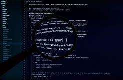 Código macro del sitio web debajo de la lente que magnifica fotografía de archivo libre de regalías