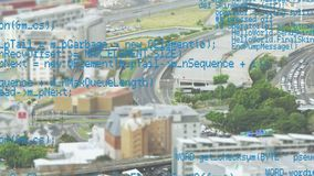 Códigos de programa y una vista de la ciudad metrajes