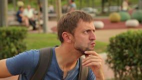 Cómico de sexo masculino que hace caras hilarantes en la cámara, vídeo divertido, flashmob de la calle almacen de video
