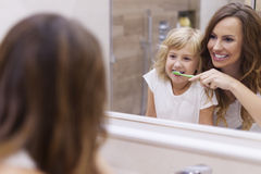 Cómo aplicar sus dientes con brocha foto de archivo libre de regalías