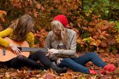 Cómo aprender tocar la guitarra Imagen de archivo libre de regalías
