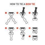Cómo atar una corbata de lazo Imágenes de archivo libres de regalías