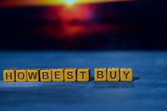 Cómo Best Buy en bloques de madera Imagen procesada cruz con el fondo del bokeh imagen de archivo
