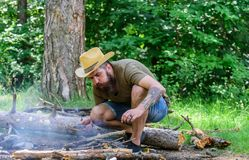 Cómo construir la hoguera al aire libre Arregle las ramitas de maderas o los palillos de madera que se colocan como una pirámide  fotos de archivo