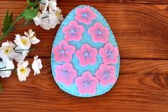 Cómo coser un huevo de Pascua del fieltro Huevo de Pascua del fieltro Foto de archivo