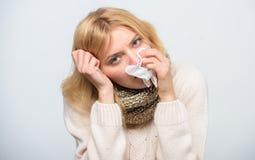 Cómo derribar fiebre Termómetro y tejido enfermos del control de la muchacha Temperatura de la medida Remedios de la fiebre de la fotografía de archivo libre de regalías