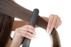 Cómo enderezar el pelo Imagenes de archivo