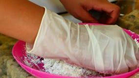 Cómo hacer coloreó el polvo, festival del holi Las manos salando colorante alimentario se están mezclando con el almidón de maíz  almacen de video