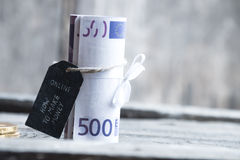 Cómo hacer dinero el texto en línea y 500 billetes de banco euro Foto de archivo