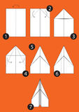 Cómo hacer el aeroplano de la papiroflexia Fotos de archivo libres de regalías