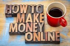 Cómo hacer el dinero en línea en el tipo de madera foto de archivo libre de regalías
