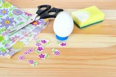 Cómo hacer el ornamento del huevo de Pascua step Idea de Pascua DIY imagen de archivo