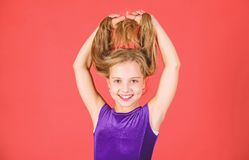Cómo hacer el peinado ordenado para el niño Peinados latinos de la danza del salón de baile Muchacha del niño con el vestido larg foto de archivo