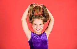 Cómo hacer el peinado ordenado para el niño Peinados latinos de la danza del salón de baile Muchacha del niño con el vestido larg foto de archivo libre de regalías