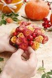 Cómo hacer el ramo de las rosas y de los crisantemos preceptorales Imagen de archivo