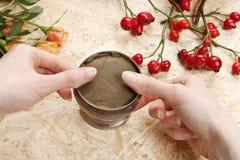 Cómo hacer el ramo de las rosas y de los crisantemos preceptorales Foto de archivo libre de regalías