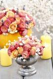 Cómo hacer el ramo de las rosas y de los crisantemos preceptorales Fotografía de archivo libre de regalías