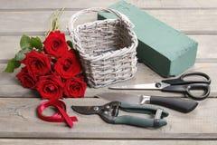 Cómo hacer el ramo de rosas en tutorial de la cesta de mimbre Fotografía de archivo libre de regalías
