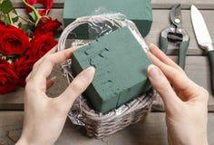 Cómo hacer el ramo de rosas en tutorial de la cesta de mimbre Fotos de archivo