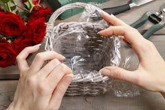 Cómo hacer el ramo de rosas en tutorial de la cesta de mimbre Fotografía de archivo