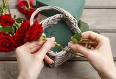 Cómo hacer el ramo de rosas en tutorial de la cesta de mimbre Fotos de archivo libres de regalías