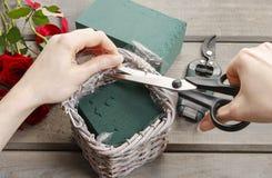 Cómo hacer el ramo de rosas en tutorial de la cesta de mimbre Imagen de archivo