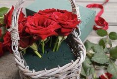 Cómo hacer el ramo de rosas en tutorial de la cesta de mimbre Imagenes de archivo