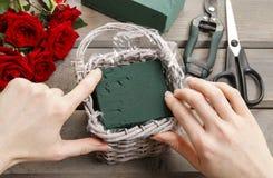 Cómo hacer el ramo de rosas en tutorial de la cesta de mimbre Foto de archivo