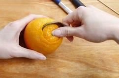 Cómo hacer la bola anaranjada del pomo con la vela - tutorial Imagen de archivo libre de regalías
