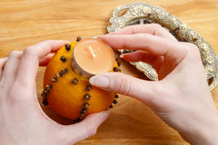 Cómo hacer la bola anaranjada del pomo con la vela - tutorial Fotografía de archivo libre de regalías