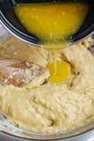 Cómo hacer la pasta de levadura - paso a paso: añada la mantequilla derretida Foto de archivo libre de regalías