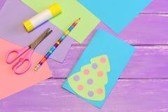 Cómo hacer la tarjeta de Navidad fácil del papel coloreado step Foto de archivo libre de regalías