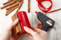 Cómo hacer la vela adornada con los palillos de canela - tutorial Imágenes de archivo libres de regalías
