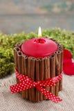 Cómo hacer la vela adornada con los palillos de canela - tutorial Imagen de archivo