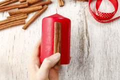 Cómo hacer la vela adornada con los palillos de canela - tutorial Fotografía de archivo libre de regalías