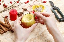 Cómo hacer a los candeleros de la manzana para la Navidad Foto de archivo libre de regalías