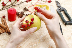 Cómo hacer a los candeleros de la manzana para la Navidad Fotografía de archivo libre de regalías