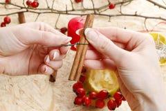 Cómo hacer a los candeleros de la manzana para la Navidad Imagen de archivo
