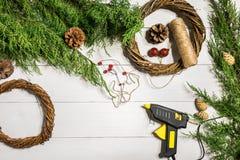 Cómo hacer que la Navidad la puerta enrruella el proceso de trabajo El lugar de trabajo del ` s del decorador Visión superior fotos de archivo libres de regalías