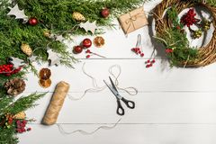 Cómo hacer que la Navidad la puerta enrruella el proceso de trabajo El lugar de trabajo del ` s del decorador Visión superior fotos de archivo