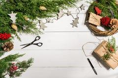 Cómo hacer que la Navidad la puerta enrruella el proceso de trabajo El lugar de trabajo del ` s del decorador Visión superior imagen de archivo