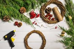 Cómo hacer que la Navidad la puerta enrruella el proceso de trabajo El lugar de trabajo del ` s del decorador Visión superior fotografía de archivo libre de regalías