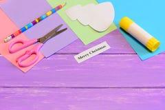 Cómo hacer tarjeta de felicitación de papel Feliz Navidad step Sistema del papel coloreado, tijeras, lápiz, plantilla del árbol d Imágenes de archivo libres de regalías