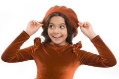 Cómo llevar la boina francesa Inspiración del estilo de la boina Cómo llevar la boina como muchacha de la moda Pequeña sonrisa li foto de archivo libre de regalías
