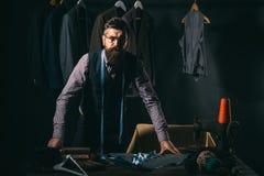 Cómo usted le gusta esto tienda del traje y sala de exposición de la moda Código de vestimenta del negocio handmade Chaqueta de c foto de archivo
