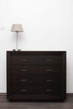 Cómoda de Brown con la lámpara en interior del minimalism imágenes de archivo libres de regalías