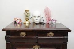 Cómoda del vintage con las máscaras Fotos de archivo libres de regalías
